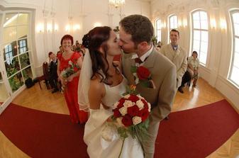 První manželský polibek :P