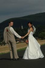 Takže zbylé fotky najdete na http://listvani.rajce.idnes.cz/Nas_svatebni_den/ ;)