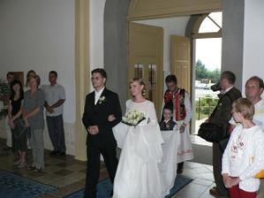 Tu vidieť šaty, účes aj kytičku a celého ženícha