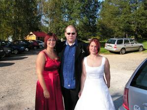 Na svatbě mojí kamarádky. Letos si to otočíme já nevěsta ona svědkyně. Uprostřed můj budoucí :o)