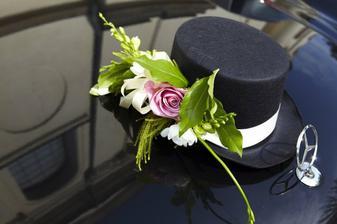 Ozdobení auta ženicha (klobouk nesměl chybět o:)