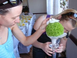 poslední doladění květin na stůl