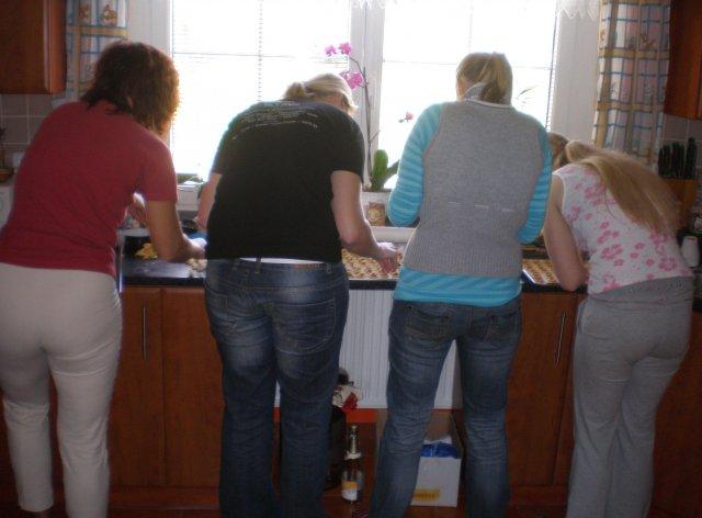 Tereza a Míla_porovnání: plány a skutečnost - Kamarádky s maminkou pekly koláčky a šlo jim to od ruky...