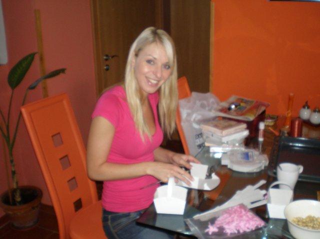Tereza a Míla_porovnání: plány a skutečnost - Nevěstá skládala košíčky na koláčy. No, moc se nepředřela ;-)