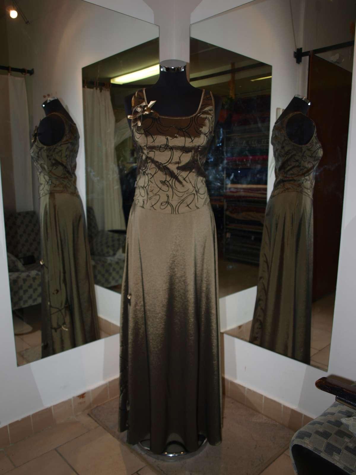 olivovozlaté šaty s ručne šitými aplikáciami - Obrázok č. 1