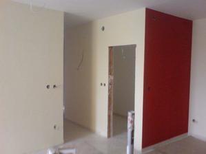 pohlad do predsiene, špajzove dvere a kus kuchynsskej steny
