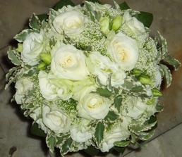 kytka podobná z bílých růží