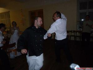 kuchař si vybírá 2.hlavní cenu tomboly (tanec s ženichem :)