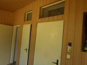 Takto to bolo v predsieni...prvé dvere od konca bola špajza, potom schodisko a potom dnu do izieb