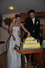 krájení našeho kg dortu!!