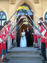 Před radnicí MěÚ Hořice - slavnostní brána od hráčů FbK STRIX Hořice