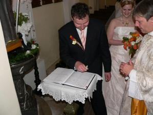 manžel se podepisuje