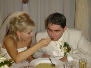 ... a lyžičku za manželku,...