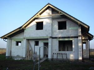dom je pod strechou