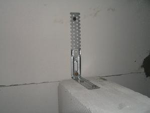 mezi zdí a příčkou cca 5-10mm mezera vyplněná pěnou, každá druhá řada kotvena páskem