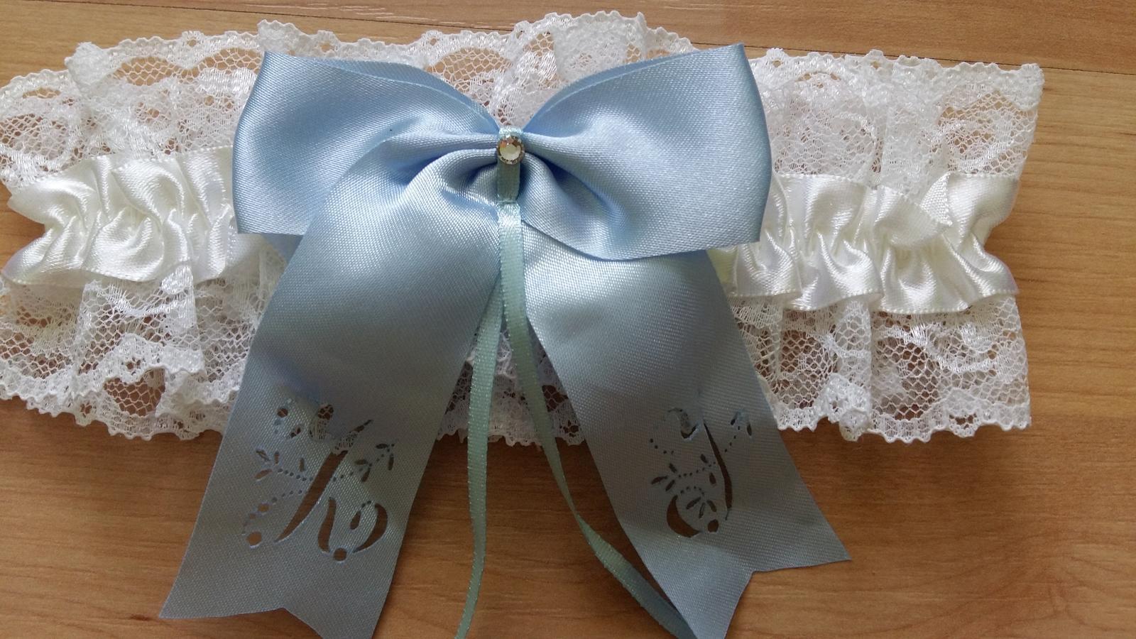 Personalizované Podväzky v akcii za 15 Eur - neprevzaté zákazníkom - Personalizovaný podväzok s iniciálami Z a J, mašlička bledučko modrá, pásik biely a čipka biela