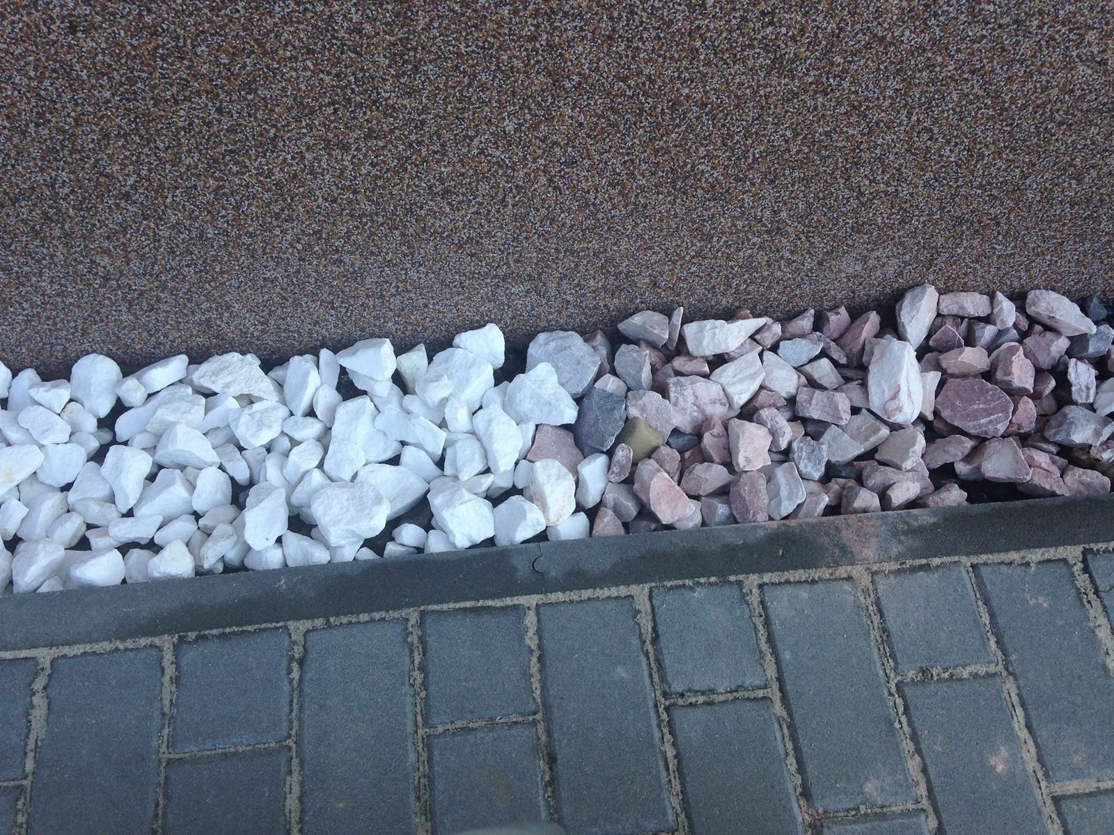 Prosím poradíte který kámen se spíše hodí k našemu domu? bílý nebo narůžovělý?? - Obrázek č. 1
