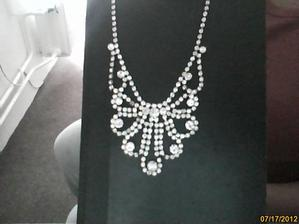 rodinný šperk po babičce :) jsem štastná že ho můžu na náš den mít na sobě