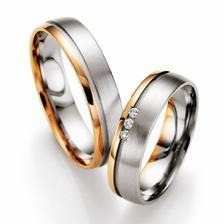 I prstýnky budou skoro stejné. Jen místo červeného zlata máme žluté, kde je mat, bude lesk a naopak..