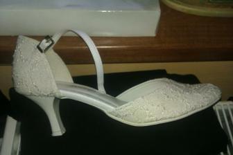 Moje svadobne na zivo su ziarivo biele a krasne sa trbliecu :)