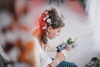 Dodělávání kytičky pro ženicha... v sobotu ráno ;-)