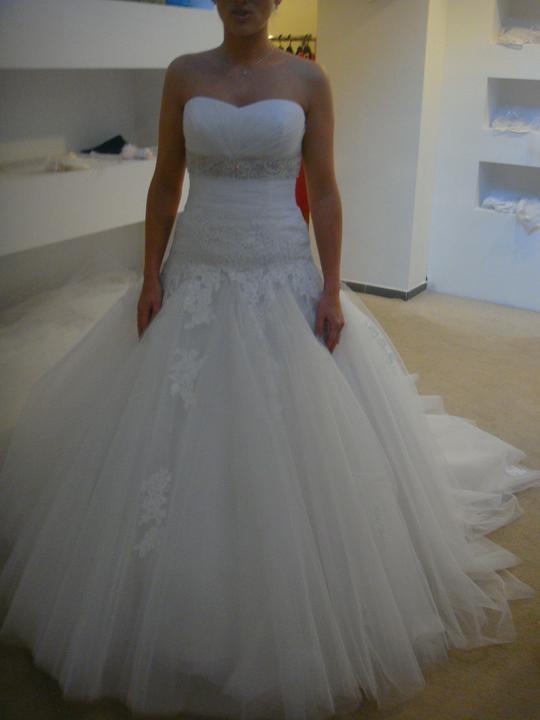 Zkouška šatů č. 1 - Ale celkem drahé :-( Fotka se spodnicí....