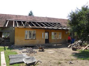 Od složitého podřezávání jsme nakonec upustili, když se měla dělat nová střecha a stropy. Tak jsme se nakonec rozhodli přístavbu shodit a postavit novou.