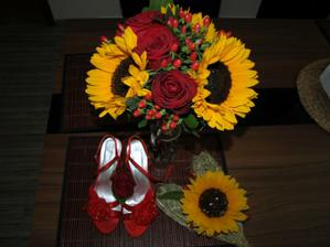 náádherná kytice, nádherný srdce pod prstýnky, moje luxusní botičky (láska na první pohled) a vývazek pro ženicha (nakonec si ho nevzal)