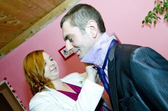 nevěstina svědkyně pomáhá ženichovi :-) (btw. kravata byla fialová, blesk z ní udělal modrou :-/ )