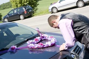 ženich zdobí auto pro nevěstu :-)