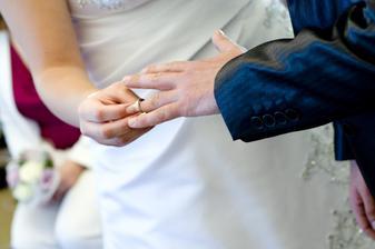 ...nevěsta ženichovi...