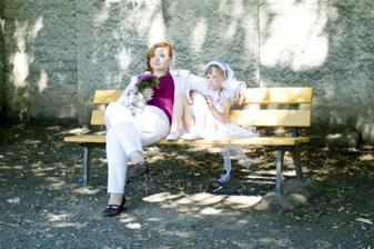 svědkyně (sestra) nevěsty s družičkou (taktéž sestra nevěsty).