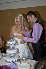 manžel mi vysvětluje, jak nakrojit dort :-D