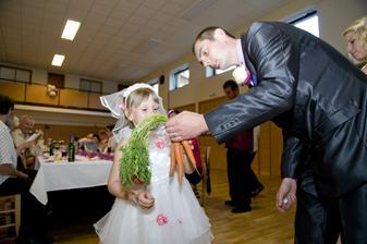 svatební vtipná tombola, družička vyhrála vitaminy na oči - mrkev :-)))