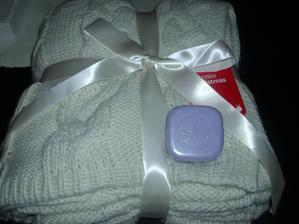 Mikuláš na mna nezabudol, priniesol mi prekraaasnu deku a levandulkove mydielko -dakujem mojim trom Mikulášom -luuubim ich najviac na svete :)