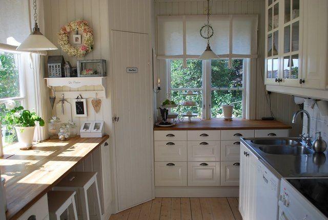 """Kuchyňa - Niečo takéto, ale vanilková farba... takéto šuflíčky by som chcela mať pod oknom. Len mám problém, kto mi vyrobí takéto """"dvierka""""?"""