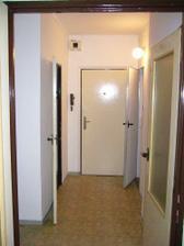 toto je povodny stav bytiku, vstupna chodba....vsade same dvere