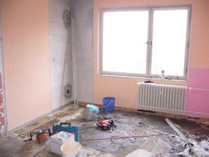 kuchyna po vytrhani podlahy, strasne sa to cierne lepilo...aj po 30 rokoch...