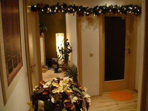 svetielkova vyzdoba nad dverami