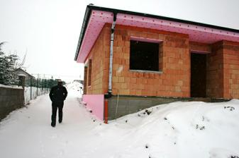 zateplene zaklady, pripravene okenne otvory na montaz okien, pobitie strechy, priecky a vyrezana elektrika.....