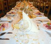 bílo zlatá hostina