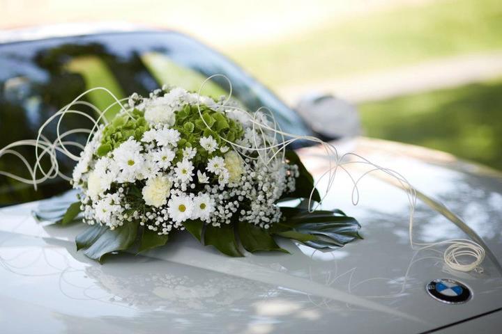 Autocorso něvěsty i ženicha - příjemné a cenově jistě nenáročné použití hortenzie, karafiátů, chryzantém a gypsy