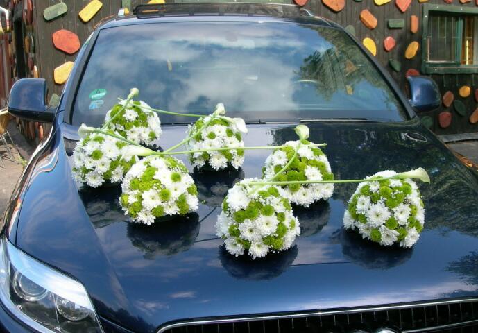 Autocorso něvěsty i ženicha - mix chryzantém v kombinaci s callou