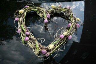 Autocorso něvěsty i ženicha - srdce s tulipány