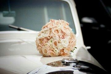 Autocorso něvěsty i ženicha - adekvátní dekorace pro historický vůz