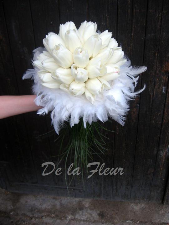Kytice pro nevěstu - tulipány v zajetí peříček s prodloužením z beergrassu