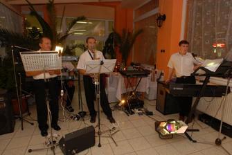 ziva hudba, bola fakt dobra.... zahranicny hostia len tak kukali co hraju  :O)