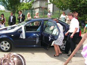 Složité soukání do auta...