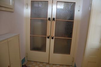 Pohled od vstupních dveří na lítačky, vpravo dveře do jednoho z pokojů.