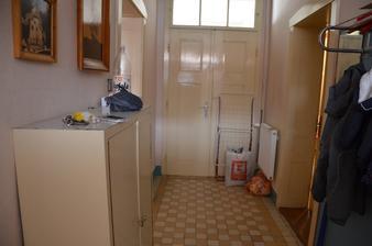 Nalevo nejmenší, průchozí, pokoj, naproti dveře na verandu, napravo dveře do kuchyně.